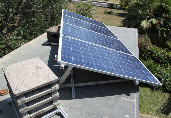 Aquelio, veduta moduli fotovoltaici su cavalletti in alluminio